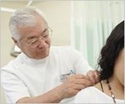 鍼治療(髪の毛より細い使い捨て鍼を使用します。)の画像